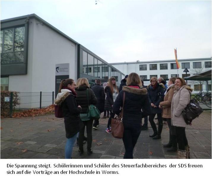 2 SDS-Azubis vor der Hochschule